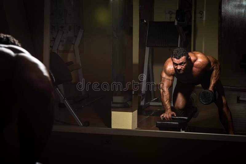 Bodybuilder masculin faisant l'exercice lourd pour le dos photographie stock libre de droits