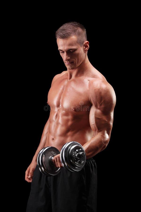 Bodybuilder masculin musculaire établissant avec le poids photo stock