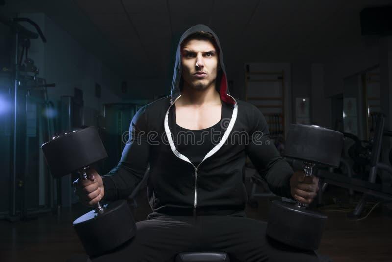 Bodybuilder met domoor stock fotografie
