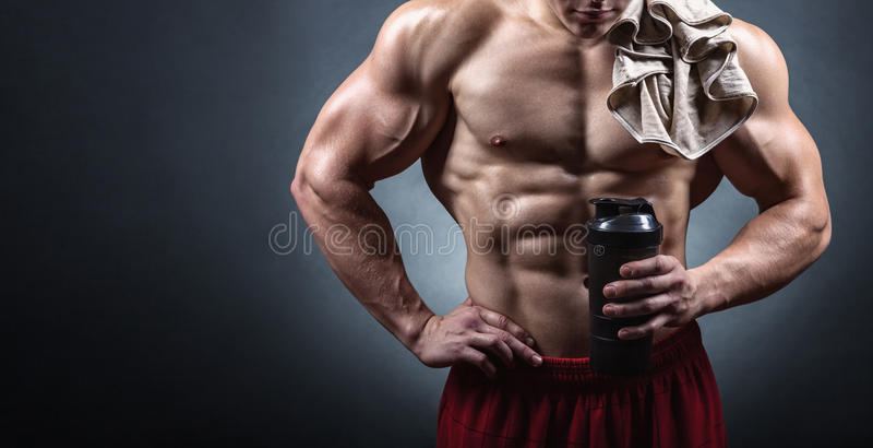 Bodybuilder met een schudbeker stock afbeelding