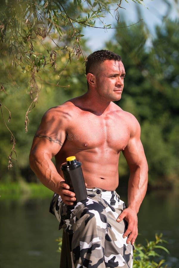 Bodybuilder met Eiwitschok royalty-vrije stock foto's