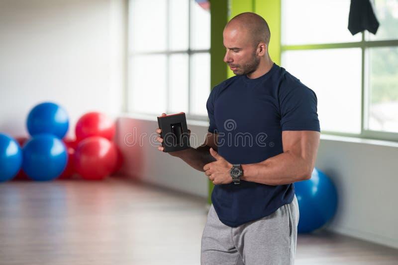 Bodybuilder met supplementen eiwitchocolade voor exemplaarruimte royalty-vrije stock fotografie