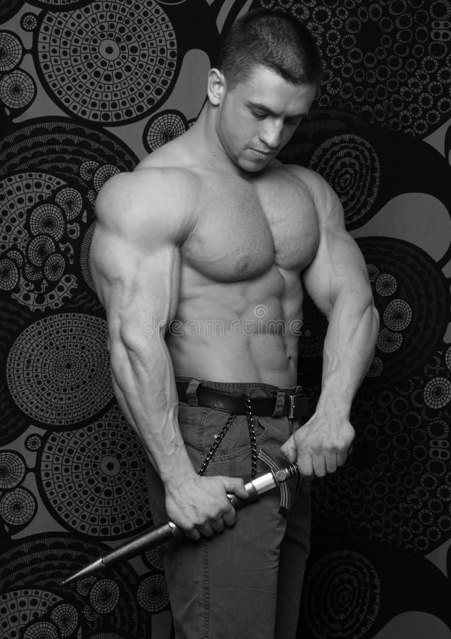 Bodybuilder mit Klinge stockbild