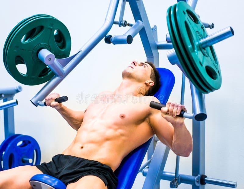 Bodybuilder mit Simulator stockbilder
