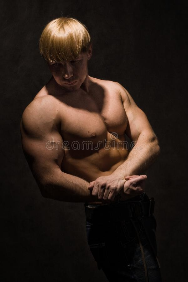 Bodybuilder musculaire photographie stock