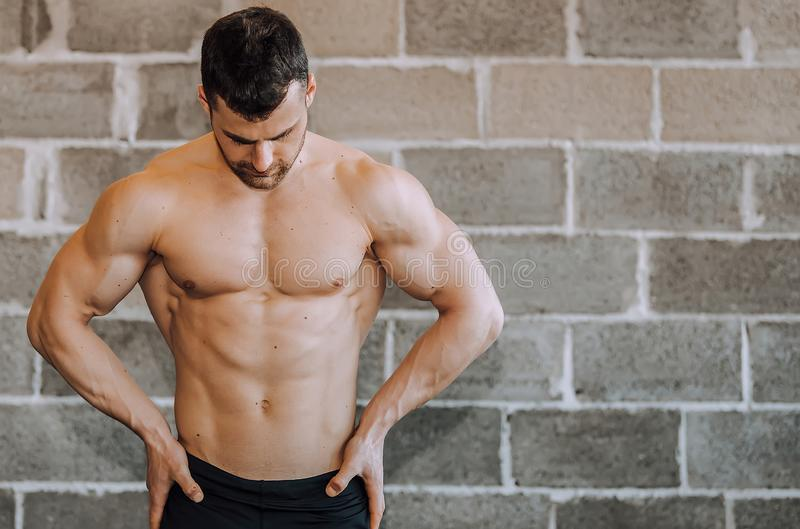 Bodybuilder musculaire sans chemise à un gymnase photo stock