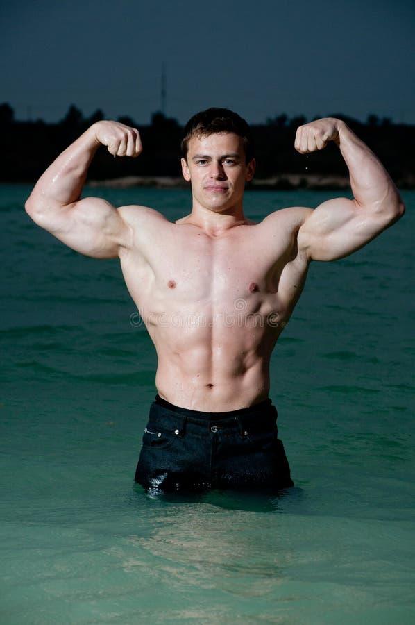 Bodybuilder na água imagens de stock royalty free