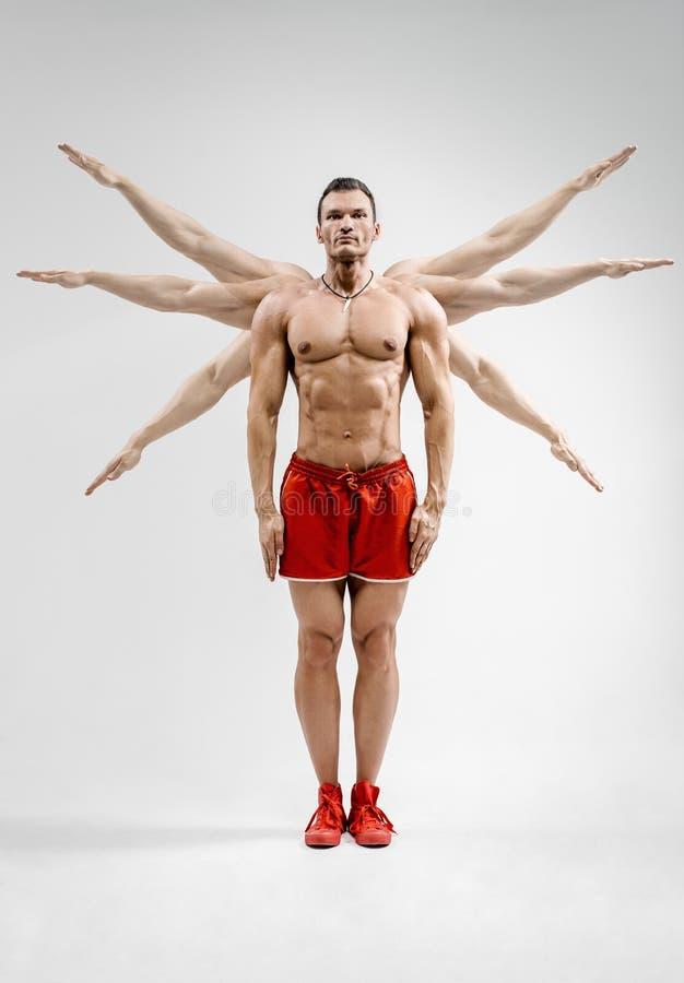 Bodybuilder na szarym tle zdjęcie royalty free