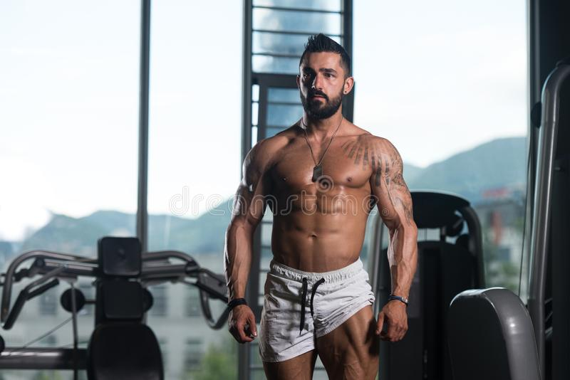 Bodybuilder napina mięśnie obrazy royalty free