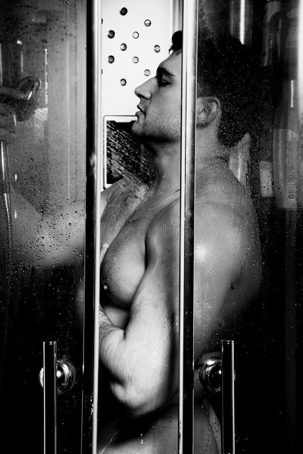Bodybuilder no chuveiro fotos de stock royalty free