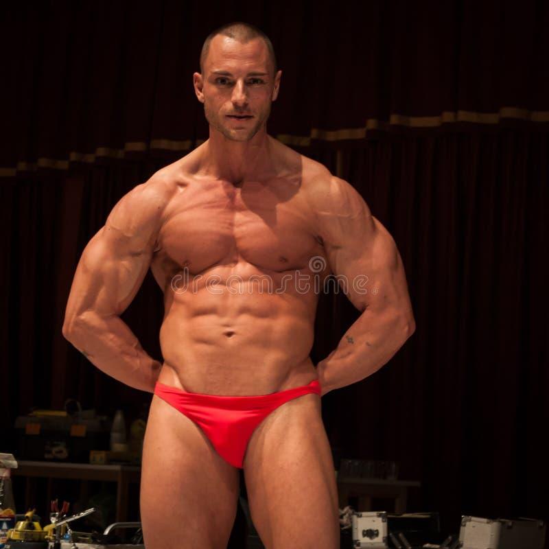 Bodybuilder pozuje przed ciało obrazu sesją przy Milano tatuażu konwencją obrazy royalty free