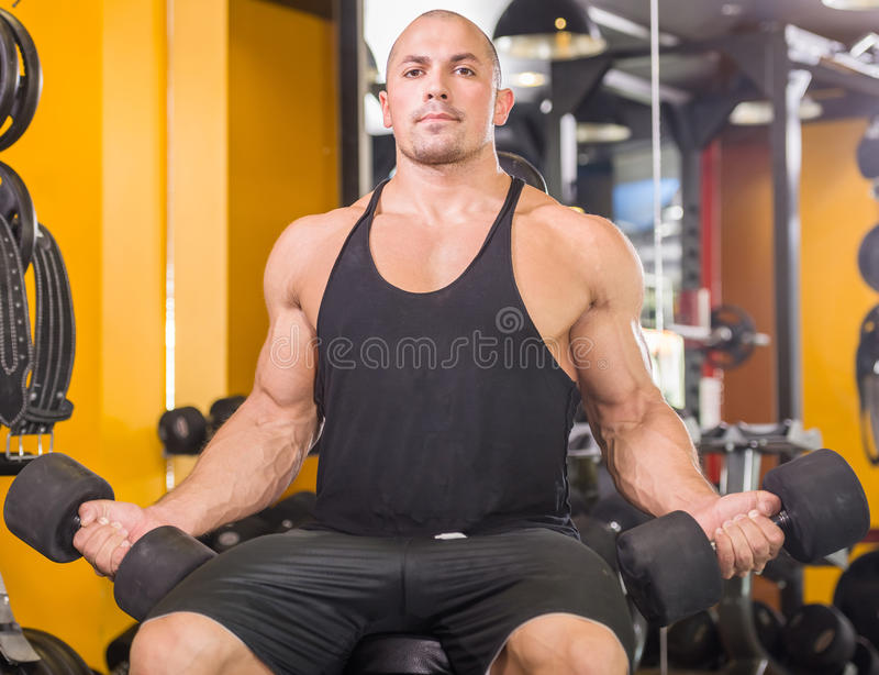 Bodybuilder przy gym obraz royalty free