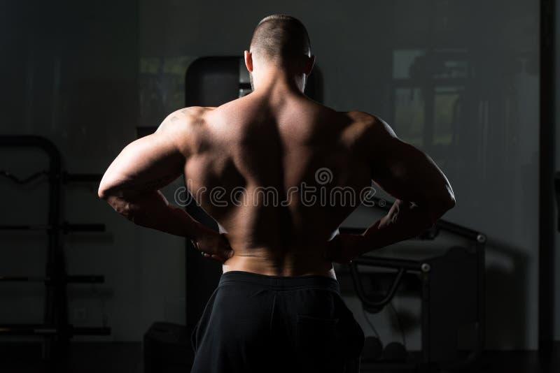 Bodybuilder que levanta na ginástica imagem de stock royalty free