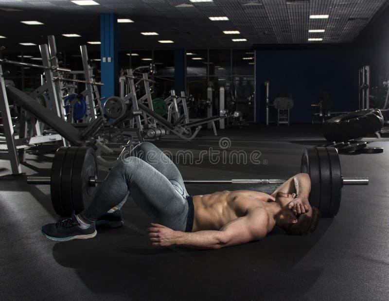 Bodybuilder sans chemise musculaire attirant faisant la pause de photographie stock libre de droits
