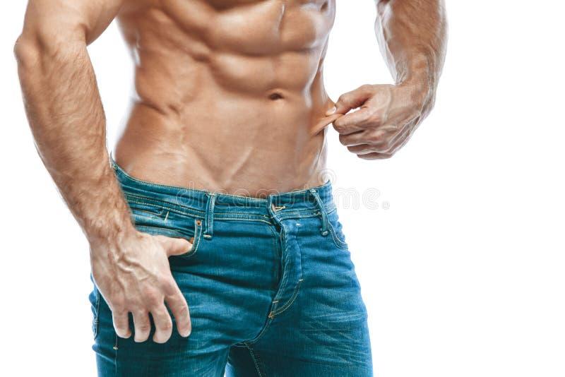 bodybuilder target313_0_ Pięknego sporty faceta męska władza Sprawność fizyczna umięśniona w niebieskich dżinsach Na odosobnionym zdjęcie royalty free