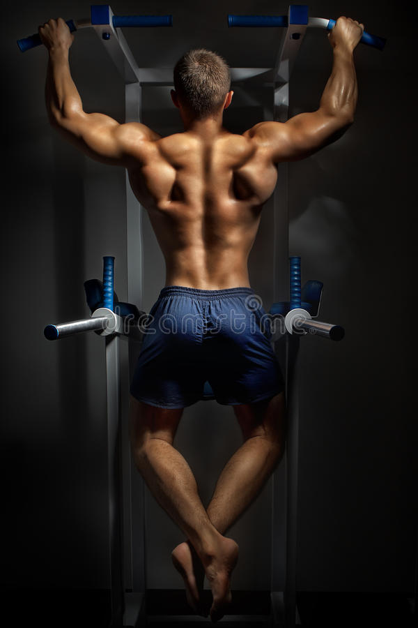 Free Bodybuilder Training In Darkness Stock Photography - 27261742