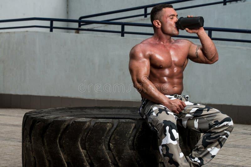 Bodybuilder-Trinken stockfotos