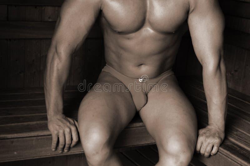 Bodybuilder in una sauna fotografia stock