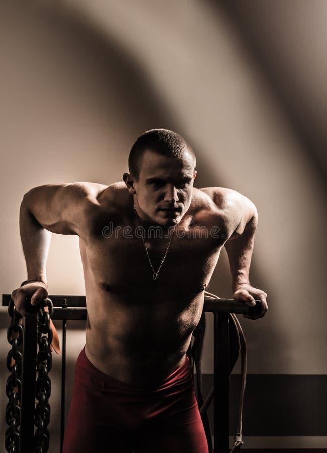 Bodybuilder w gym wykonuje ćwiczenia dla bodybuilding obrazy royalty free