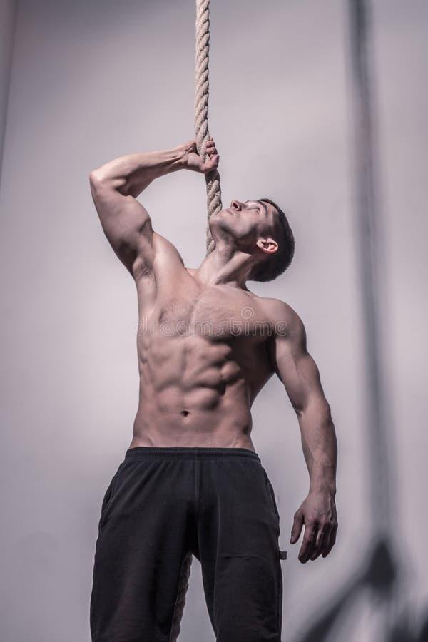 Bodybuilder, werfend, Seil halten auf lizenzfreie stockbilder