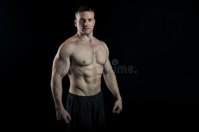 Bodybuilderconcept Bodybuildermens met sterk lichaam De bodybuilder met zes pakt en ab-spier in Sexy bodybuilder met stock afbeelding