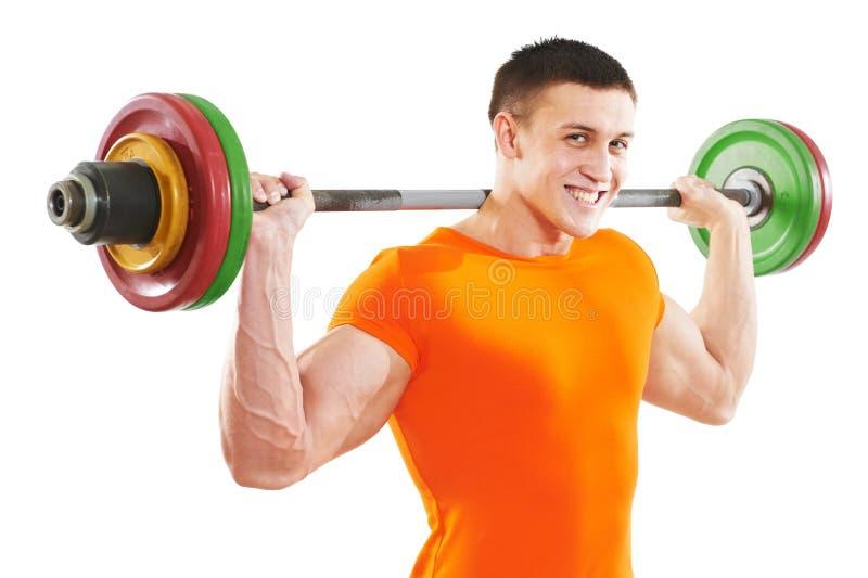 Bodybuildermann, der Muskelmuskelübungen tut lizenzfreie stockfotos