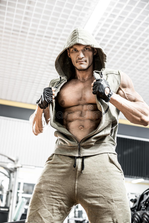 Bodybuildermann in der Turnhalle stockfotos