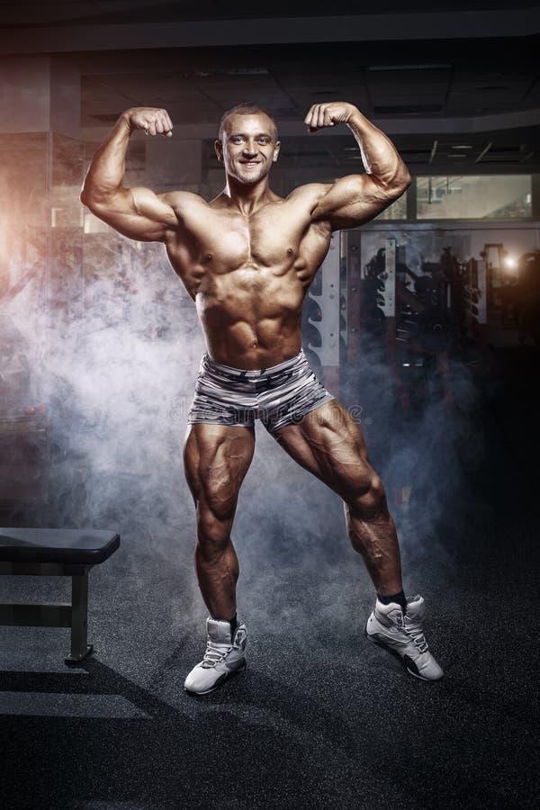 Bodybuildermens het stellen in de gymnastiek royalty-vrije stock afbeeldingen