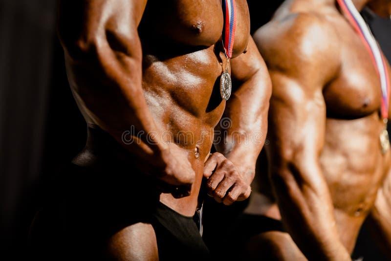 Bodybuilders αθλητών με τα μετάλλια στοκ φωτογραφία με δικαίωμα ελεύθερης χρήσης