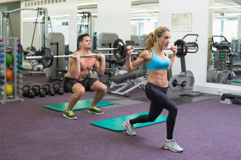 Bodybuilders που ανυψώνει barbells μαζί στο crossfit στοκ φωτογραφίες