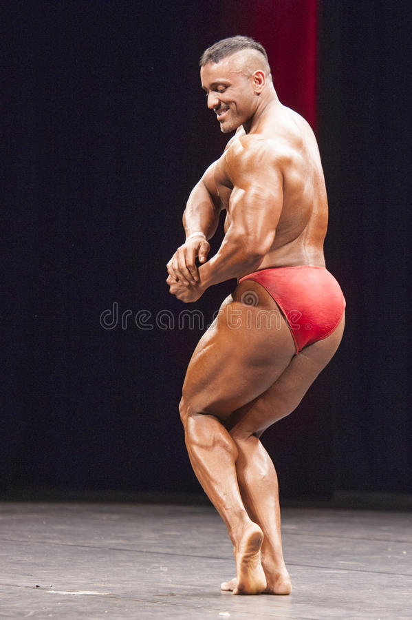 Bodybuilders pokazują jego klatki piersiowej pozę na scenie zdjęcia stock