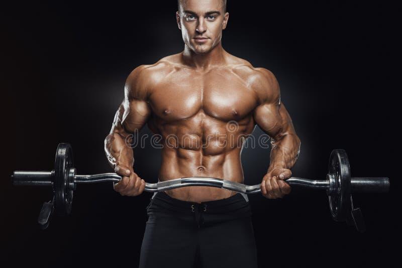 Bodybuildertraining mit Barbell stockfotos