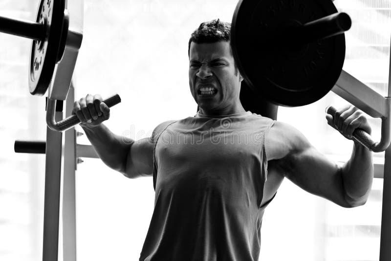 Bodybuildertrainingsgymnastik stockfoto