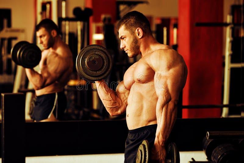 Bodybuildertrainingsturnhalle stockbilder