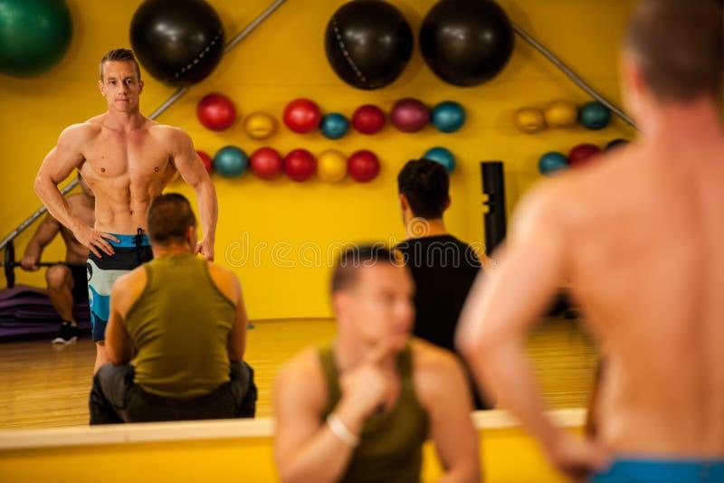 Bodybuildertrein het stellen vóór de concurrentie royalty-vrije stock fotografie