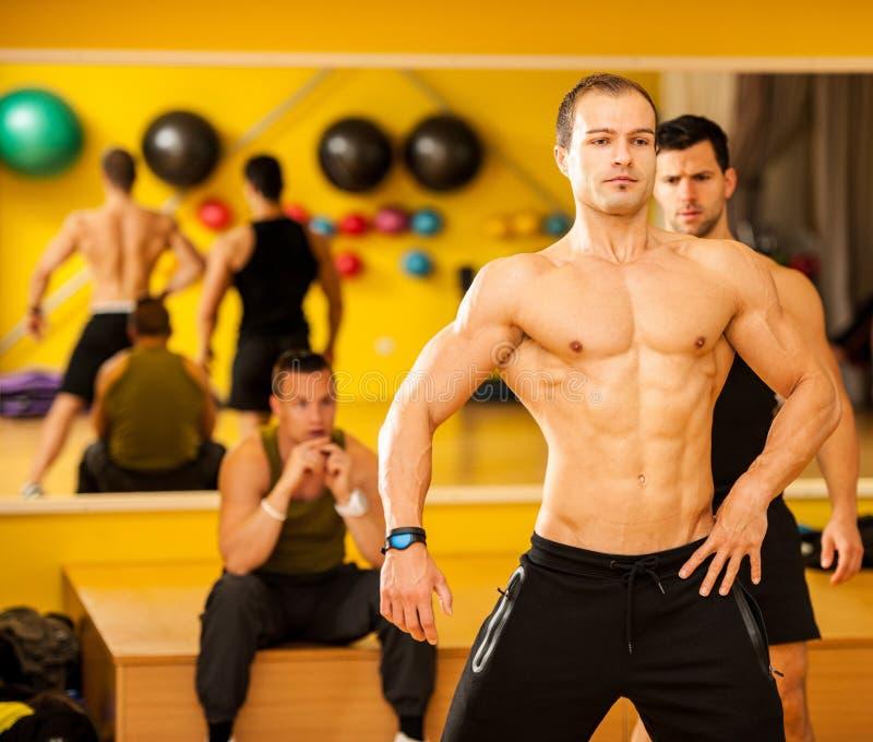 Bodybuildertrein het stellen vóór de concurrentie royalty-vrije stock afbeelding