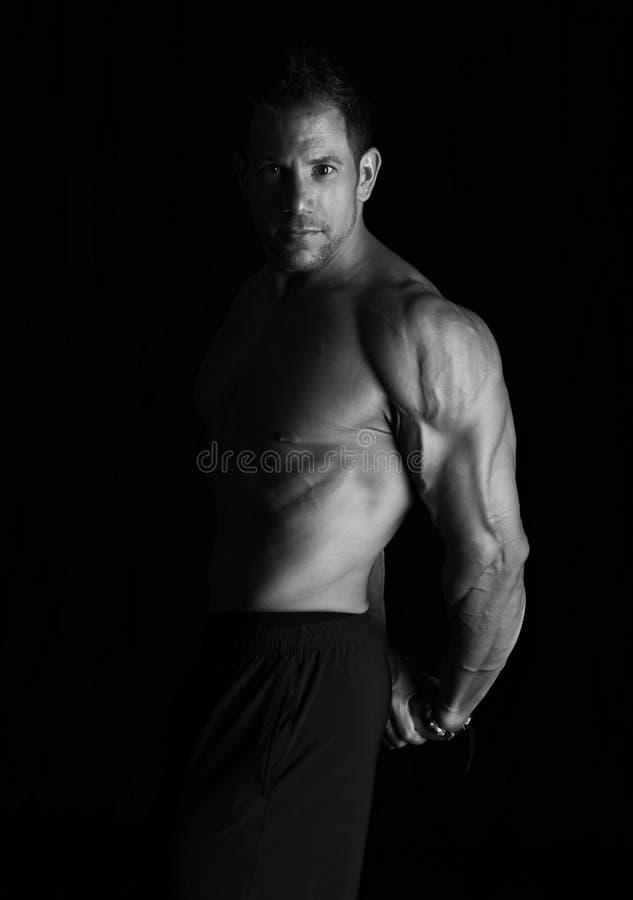 Bodybuilderverbuiging royalty-vrije stock afbeeldingen