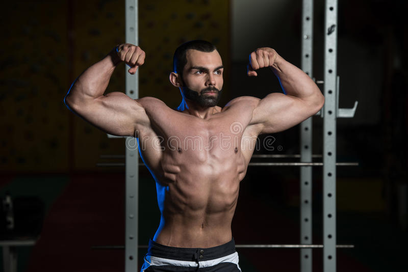 Bodybuilderverbuiging Front Double Biceps Pose royalty-vrije stock afbeeldingen