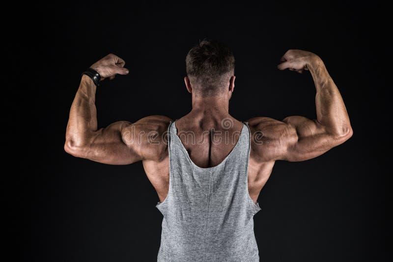 Bodybuilding et sport concept de force et de forme Sport et forme physique Bodybuilder montrant les muscles, le biceps et le tric photos libres de droits