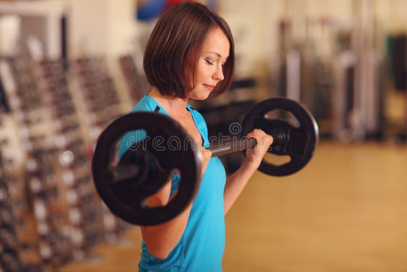 bodybuilding Frau, die mit Barbell in der Eignungsklasse trainiert Weibliches Training in der Turnhalle mit Barbell stockfotos