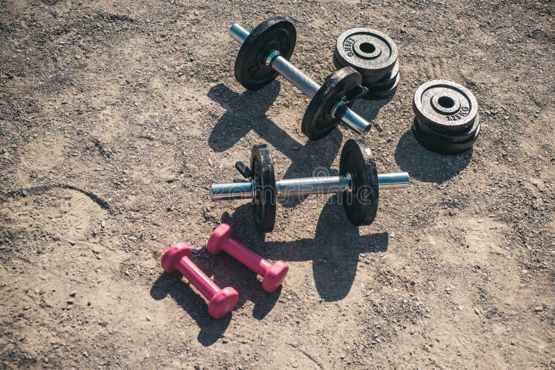 bodybuilding Grupo do peso Equipamento do Gym Esporte e aptidão Pesos para o treinamento da aptidão O poder malha com foto de stock royalty free