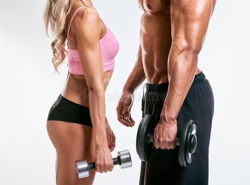 bodybuilding Pares fuertes con pesas de gimnasia fotografía de archivo libre de regalías