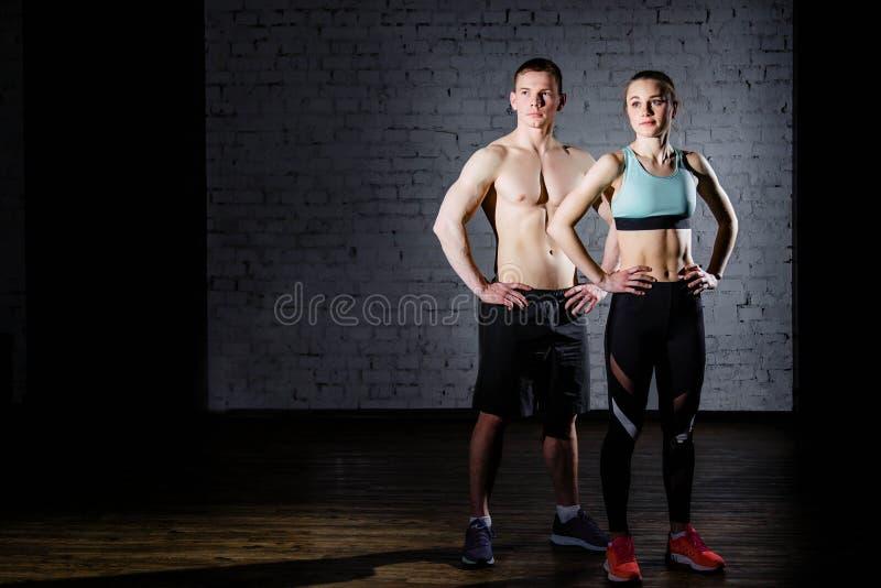 bodybuilding Silny mężczyzna i kobieta pozuje na ściana z cegieł tle obraz royalty free