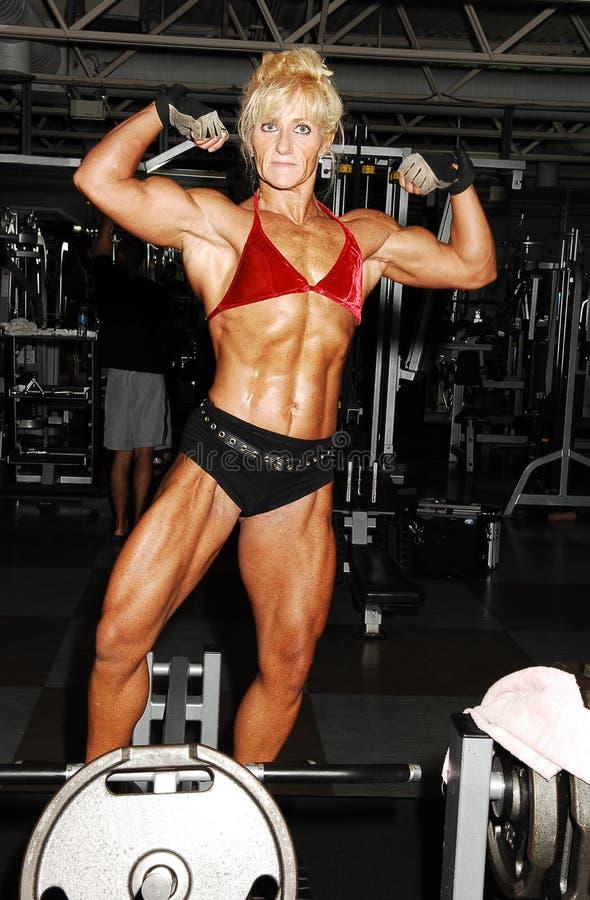 Bodybuildingfrau. lizenzfreie stockfotografie