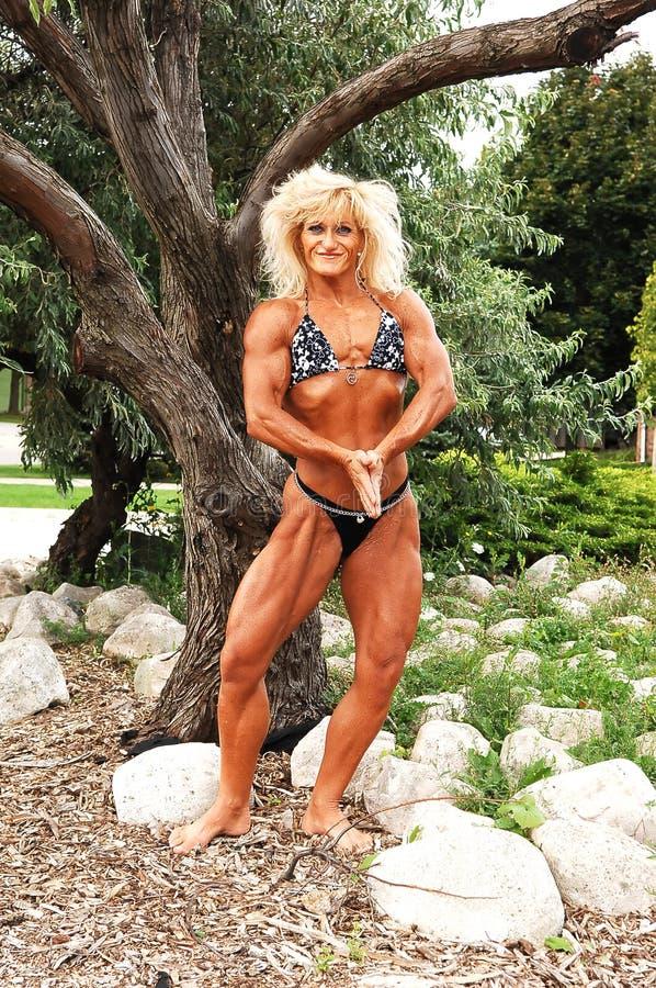 Bodybuildingfrau auf Standort. lizenzfreie stockfotos