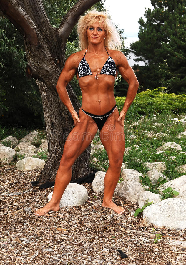 Bodybuildingfrau auf Standort. lizenzfreie stockfotografie
