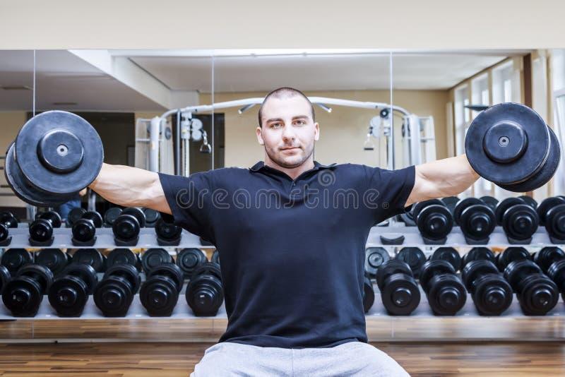 Bodybuildingmann lizenzfreie stockfotos