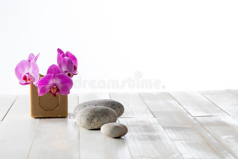 Bodycare qui respecte l'environnement avec des cailloux de zen, des orchidées et le savon traditionnel photo stock