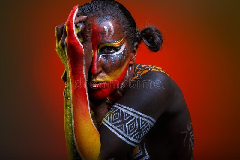 Bodypainting Женщина покрашенная с этническими картинами стоковая фотография rf