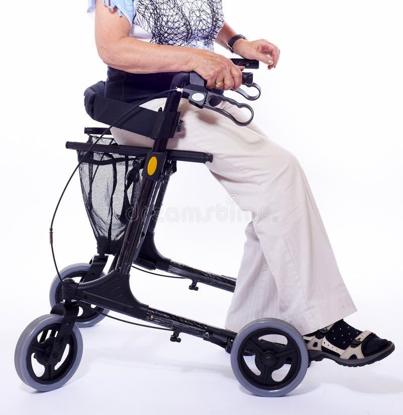 Bodypart da mulher idosa que senta-se no caminhante foto de stock royalty free